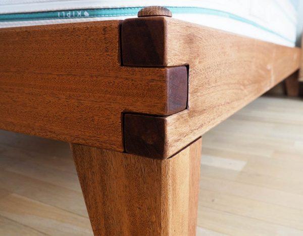 Angle et assemblage traditionnel du sommier en bois massif kipli