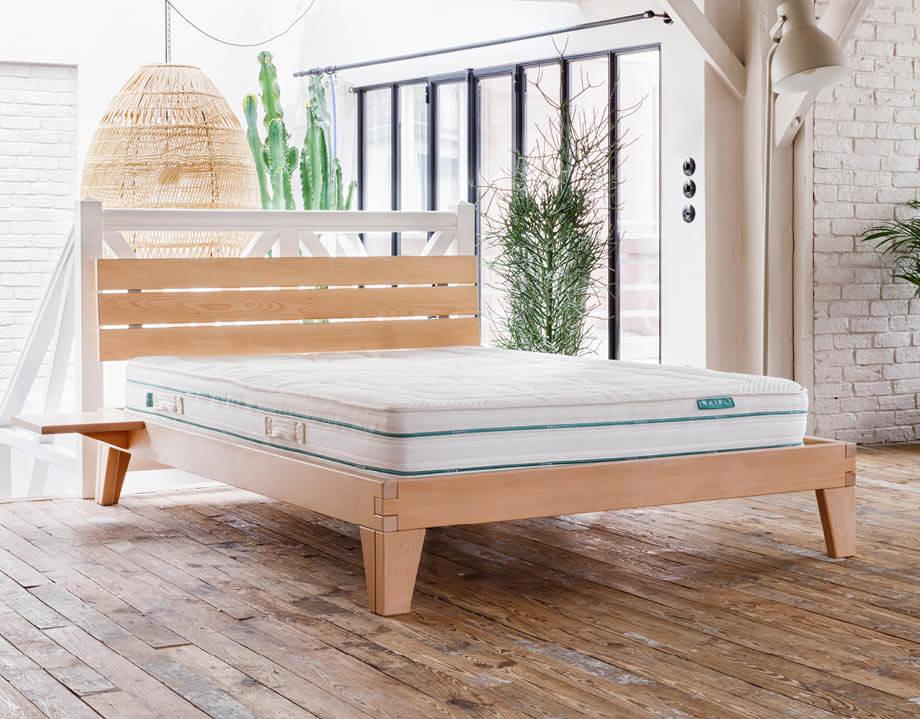 Lit bois massif avec table de chevet intégré et tête de lit bois massif