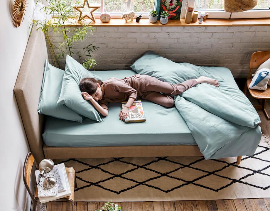 petite fille endormie parure lit simple coton